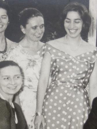 Détail d'une photo d'une réception donnée en l'honneur de Rosalia Chladek à Athènes, 1959. De gauche à droite : Chladek, Yvonne de Chirico, Rania Papadam. Archives Polyxeni Mathéy.
